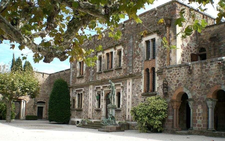 front-entrance-chateau-de-la-napoule-img-01